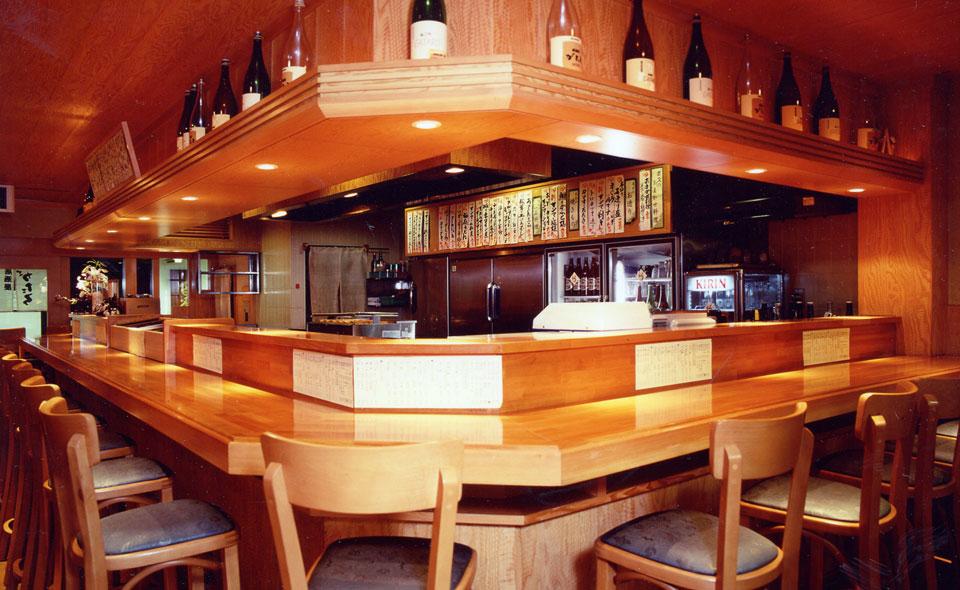 厨房を取り囲んだオープンキッチンスタイルでスタッフの活気溢れるお店です。