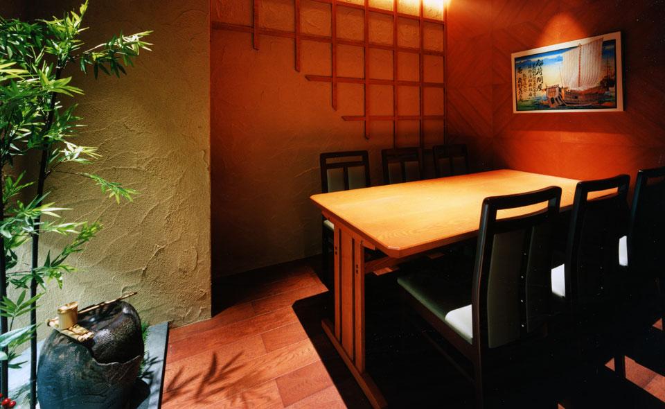 ゆっくり寛ぎたい方には隠れ家的な個室をご用意。都会の喧噪をひととき忘れさせてくれる空間です。