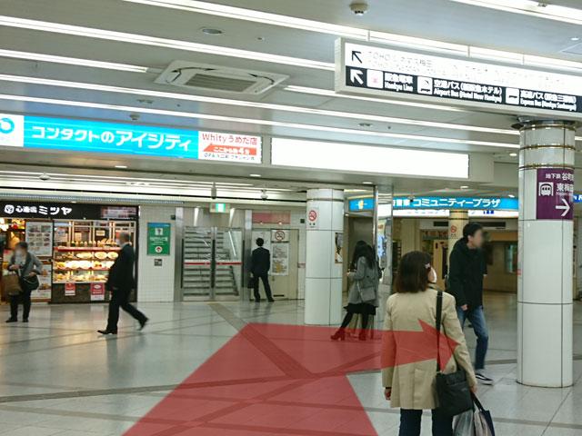 心斎橋ミツヤ・大阪府警コミュニティープラザのある広場で右(谷町線東梅田駅方面)に曲がります。