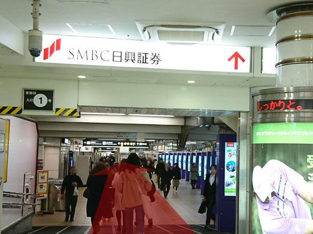 「SMBC日興証券」の看板を目印に東梅田駅方面へ直進します。