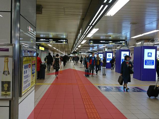 東梅田駅前通路を南改札方面に直進します。