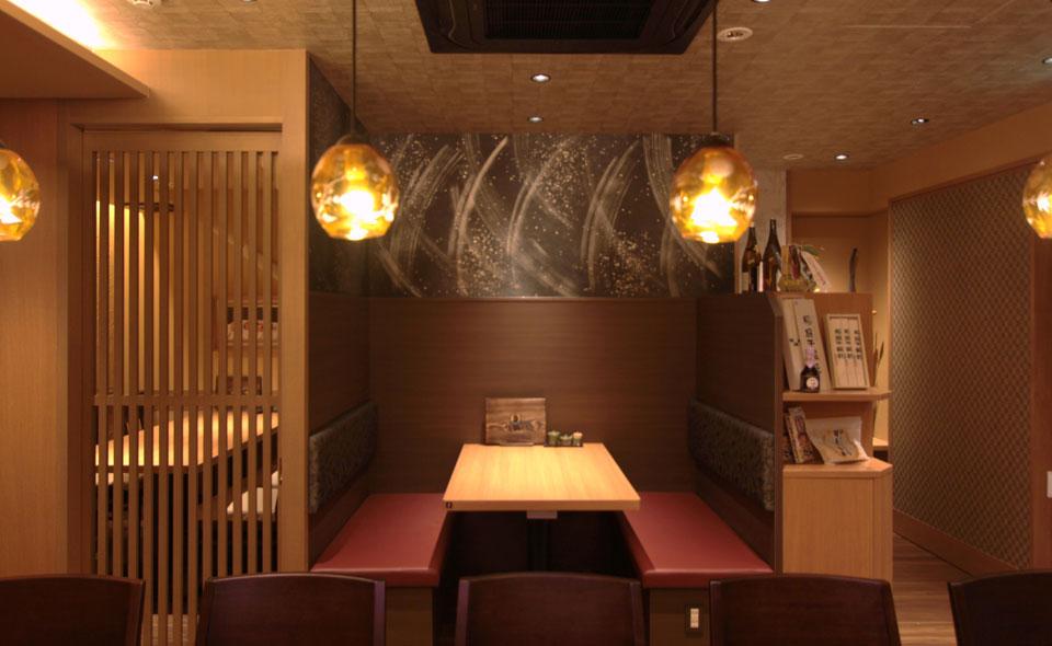 1階はこだわりの日本酒や焼酎を集めた隠れ家的なカウンター・テーブル席をご用意。じっくりとお酒の美味しさを楽しめる空間です。